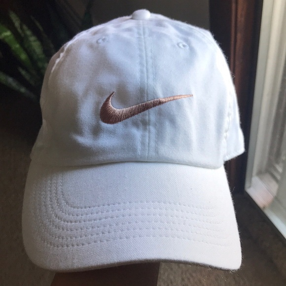NWOT white nike hat with rose gold logo. M 5aa9562da4c48510ba60e166 6f9ba1ff927
